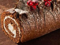 Пандишпаново какаово шоколадово руло с пълнеж от бита течна сметана, маскарпоне и ром - снимка на рецептата